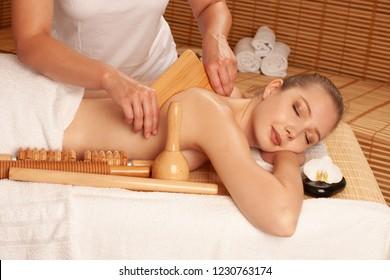 Schöne junge Frau, die eine Massage im Wellnessbereich erhält - Wellness