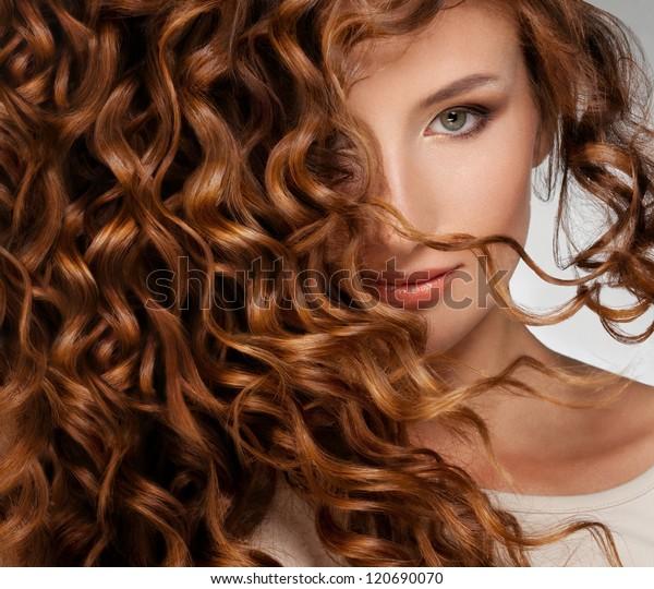 Schöne junge Frau mit langen, lockigen Haaren