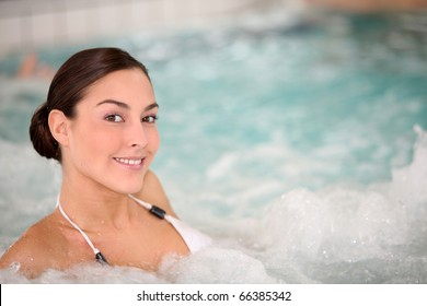 Beautiful young woman relaxing in seawater jacuzzi