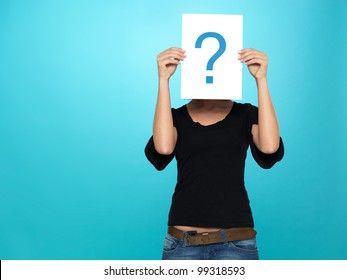 beautiful, young woman showing a question mark on a white piece of paper in front of her head, on blue background