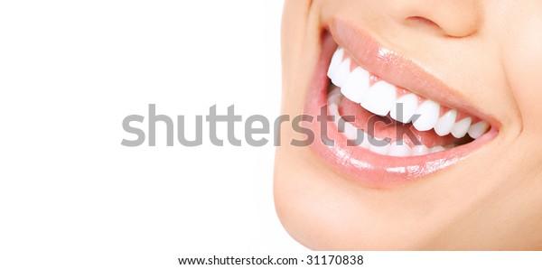 Schöne, junge Frauen haben Zähne. Einzeln auf weißem Hintergrund