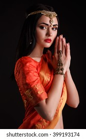 Beautiful young woman in traditional sari clothing with bridal makeup and jewelery. gorgeous brunette bride traditionally dressed in studio shoot. Girl bollywood dancer in Sari posing in studio.