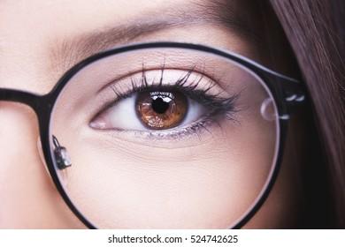 Schöne junge Frau mit Brille. Nahaufnahme