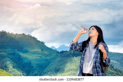 Beautifull Female tourists With backpacks, drink water on high peaks.