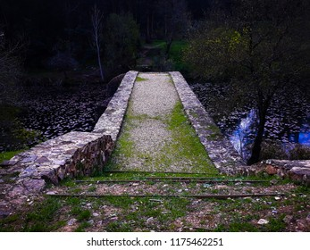 Beautifull stone bridge with watter reflections