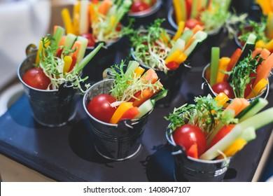 Schöne dekorierte Catering-Bankett-Tisch mit verschiedenen Gemüsesorten und verschiedenen veganischen vegetarischen Snacks auf Firmenweihnachtsfeiern oder Hochzeitsfeiern