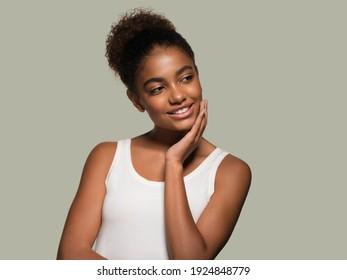 Schöne schwarze Hautfrau Gesicht schönen jungen glücklichen Modell
