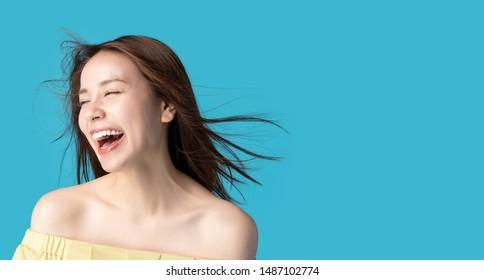 Concept de beauté d'une jeune femme asiatique. Soins des cheveux.
