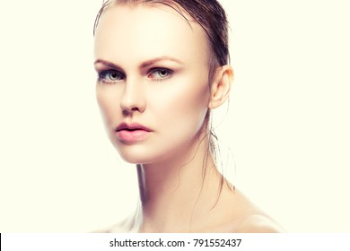 Beauty face of del woman with et blonde hair, green eyes, natural nude make-up and perfect skin. Skincare treatment fmale health concept