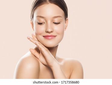 Schönheit Gesicht Frau natürliche gesunde kosmetische Haut pur schöne weibliche glückliche Lächeln Porträt Maniküre Hand