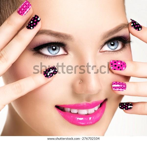 Beauty Girl Portrait mit Vivid Make-up und bunter Nagellack. Farbige Nägel. Mode Frauenporträt, Nahaufnahme. Helle Farben. Maniküre Make-up. Smoköse Augen, lange Wimpern. Regenbogenfarben