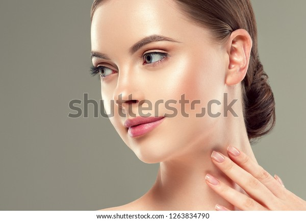 美しい健康な肌の顔の接写美容ケア、女性の美しい若い幸せなモデル