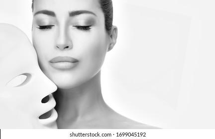La cara de modelo de belleza con máscara de plomo. Mascarilla facial liderada por rejuvenecimiento de la piel con tratamiento fotográfico. terapia de rejuvenecimiento de la piel. Retrato de belleza monocromo aislado en blanco con espacio de copia