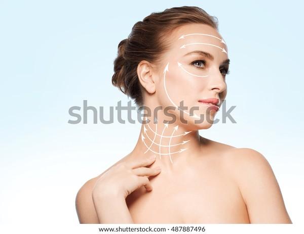 Schönheit, Menschen, plastische Chirurgie, Anti-Alter- und Gesundheitskonzept - schöne junge Frau, die ihren Hals auf blauem Hintergrund berührt
