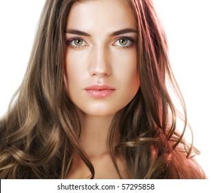 Schönheit mit perfektem natürlichen Make-up-Look und langen Haaren