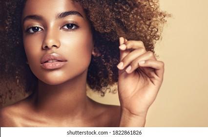 Schöne afroamerikanische Frau