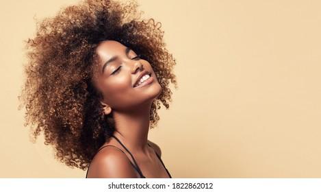 Schönes afroamerikanisches Lächeln   Frau mit afrovem Haar
