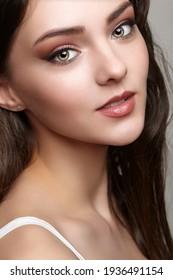 Schönheitsporträt junger Frauen. Weiblich mit braunem Haar.