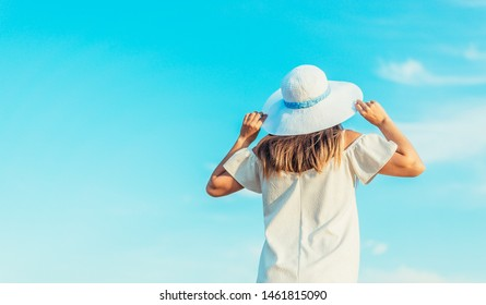 beauty travle woman look somewhere with blue sky
