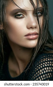 Beauty Vogue Style Fashion Model Girl with Gold Smoky eyes and Wet Hair. Trendy Make-up. Desire