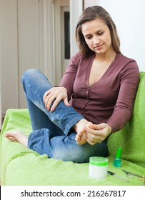 beauty woman caring for the toenails on your feet