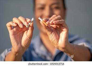 Schöne Frau, die gerne eine Zigarette bricht. Internationaler Welttabak und Schluss mit dem Rauchen Zigaretten Konzept.