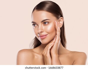 Beauty woman healthy skin natural make up with manicure hands nails young beautiful model cosmetic concept