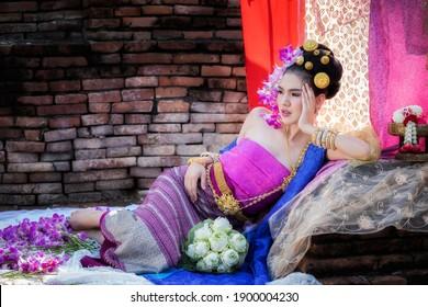 Schöne Thai-Frau mit thailändischer traditioneller Kleidung