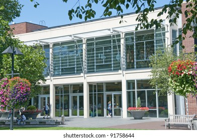 BEAVERTON, OREGON - AUGUST 12: People visit the Beaverton, Oregon city library on August 12, 2010. With over 971,400 visitors in 2010, the library has the second highest circulation in Oregon.