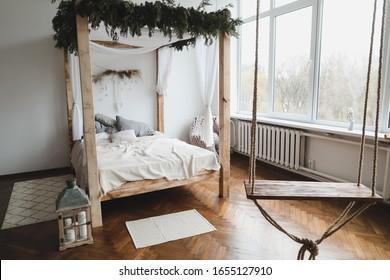 Bett mit Holzdach. Modernes Innendesign. Gemütliches Bett mit Holzdach und Kissen, Decken. skandinavischer Stil
