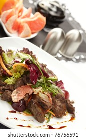 Beef with grapefruit and rucola salad