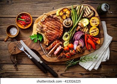 steak de boeuf aux légumes grillés et assaisonnement sur le bloc de service