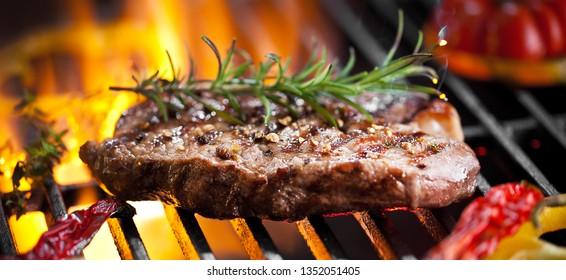 Rind Steak auf Grill mit Rosmarin Pfeffer und Salz - Barbecue