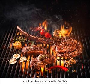 Steaks de boeuf sur le grill avec flammes