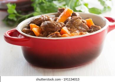 Ragoût de boeuf à la carotte. Goulash de boeuf traditionnel français dans un pot en céramique rouge