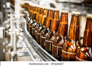 Bierflaschen auf dem Förderband