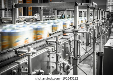 beer cans on the conveyor belt