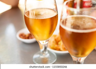 Beer glasses with plates to eat at an outing with friends.