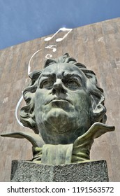 A Beethoven head bust with a musical note over it like imagining music