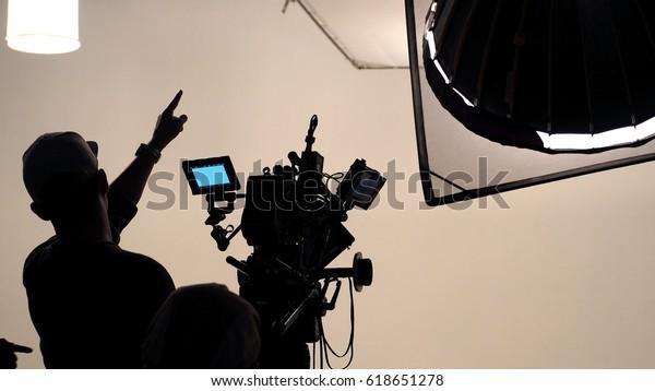 Hinter der Szene von TV-Video-Film-Shooting Crew-Team und Kamera-Beleuchtung im großen Studio.