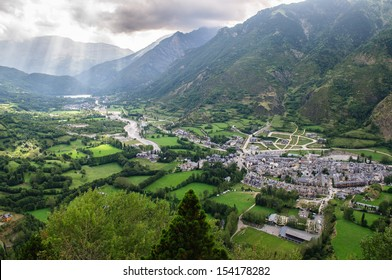 Benasque is the main town in the Benasque Valley, located in the heart of the Pyrenees and surrounded by the highest peaks in that range.