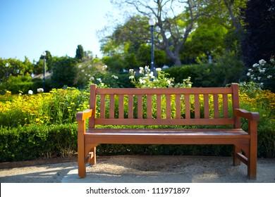 Bench im Park in Barcelona. Warme Farben. Farbkorrigiert in LAB.