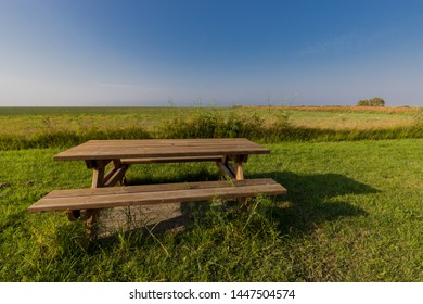 Phenomenal Imagenes Fotos De Stock Y Vectores Sobre Wood Bench In The Ibusinesslaw Wood Chair Design Ideas Ibusinesslaworg