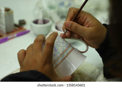 Benjarong pattern writing Is a work of art that requires skill and patience because it is a hand-made work A traditional Thai Benjarong, ceramic, Thailand