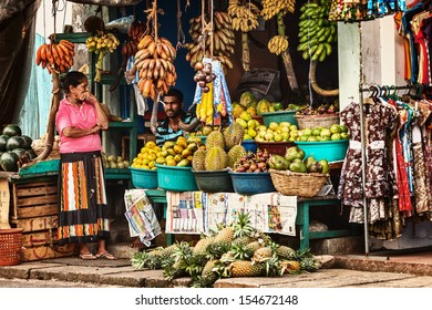 BENTOTA, SRI LANKA - APR 27: Sellers in street shop sell fresh fruits and vegetables on Apr 27, 2013 in Bentota, Sri Lanka. Street shops are widespread retail count in Sri Lanka.