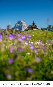Bergkapelle Stoos vor dem Mythen im Alpsommer