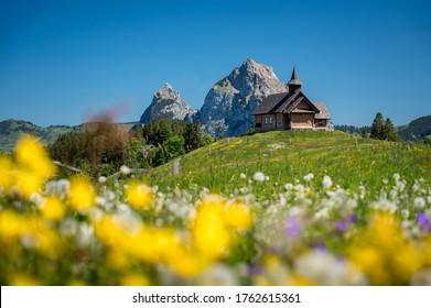Bergkapelle Stoos vor dem Mythen im Bergsommer