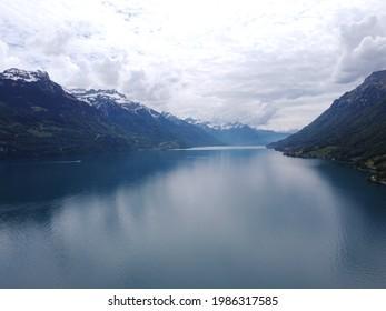 Bergsee weitläufige Aussicht mit bewölktem Himmel bei schöner Seenlandschaft