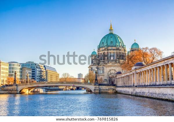 Die Berliner Kathedrale (Berliner Dom) und die Museumsinsel (Museumsinsel) spiegeln sich in Spree, Berlin, Deutschland, Europa wider.