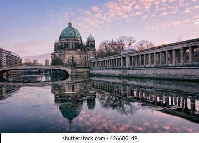 Berliner Kathedrale bei Sonnenuntergang mit Wasserspiegelung